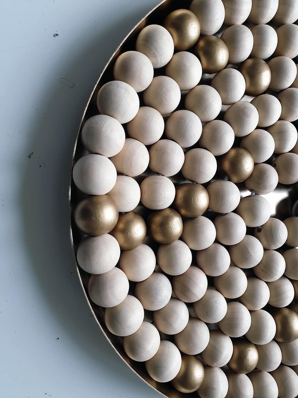 zoom plateau doré pour diy couronne de lavent avec perle en bois brut et doré - Fabriquer une couronne de l'Avent zéro déchet
