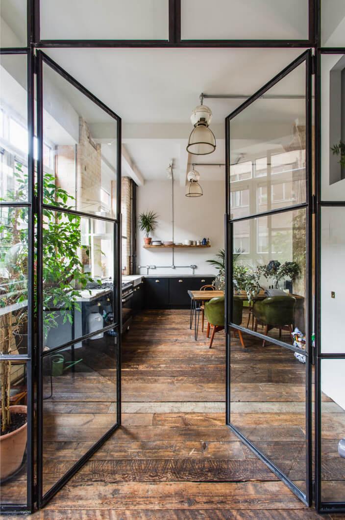 une verriere intérieure donnant sur une cuisine moderne  - Comment aménager un gîte pour le louer ?
