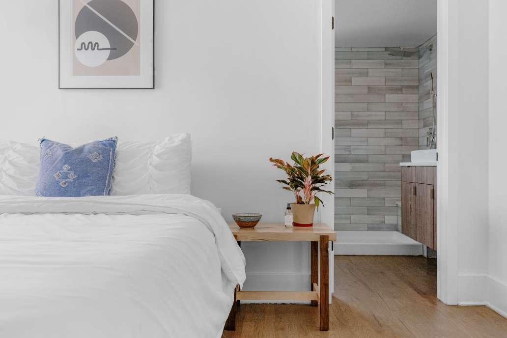 shop slo vhztm9QC0L0 unsplash 2 2048x1365 - Comment meubler vos chambres d'hôtes ?
