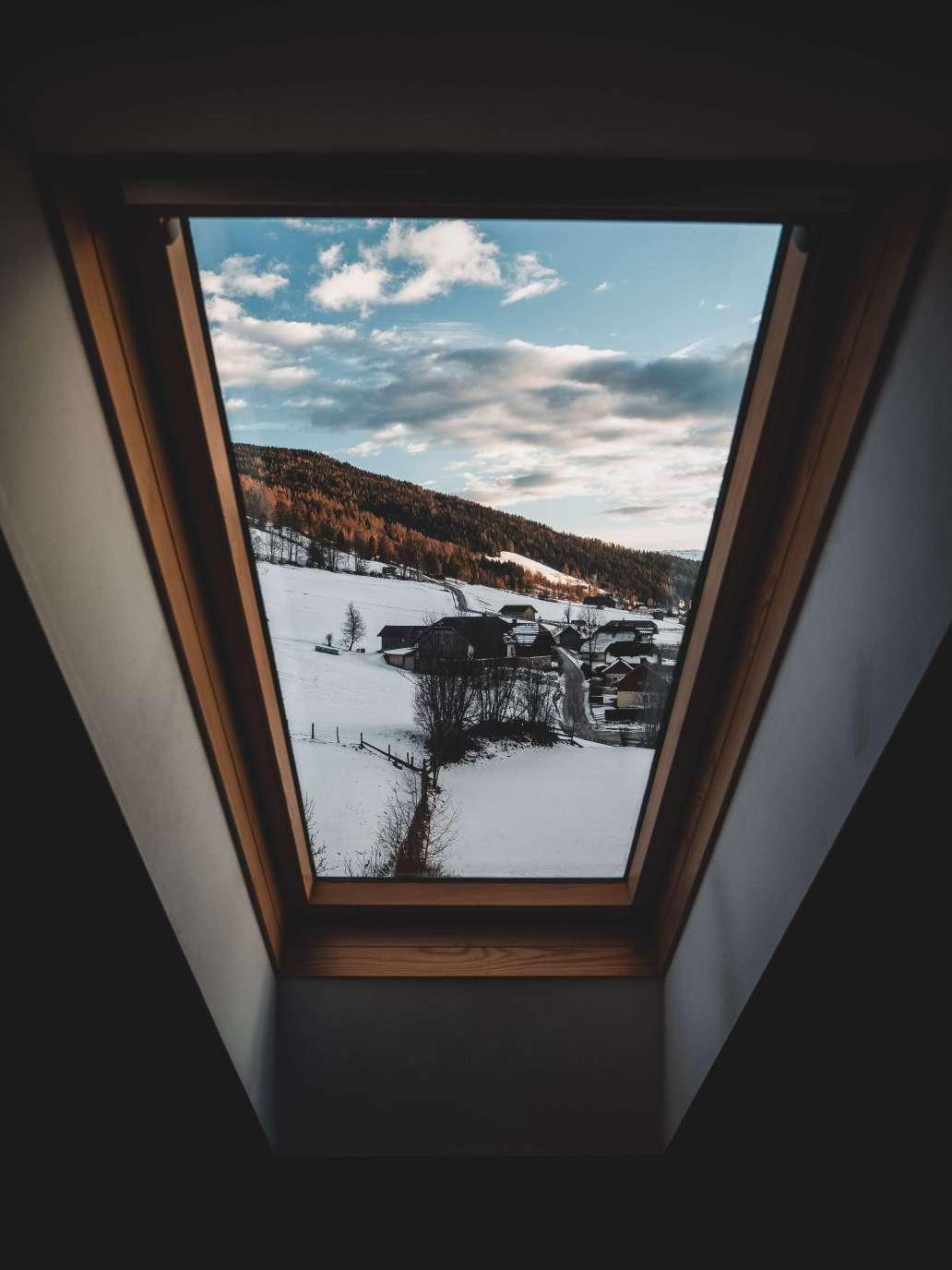 matthias oberholzer 0NOsFrdHpMs unsplash 2 1536x2048 - Quand faut-il changer ses fenêtres ?