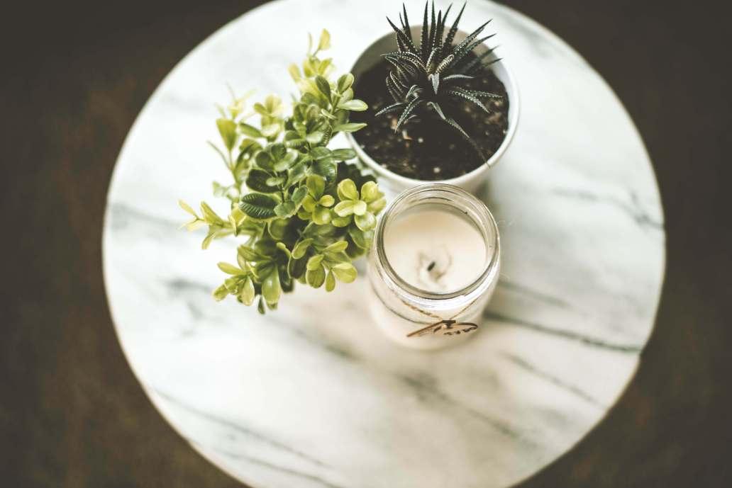 samantha gades 45Do2rmZk3E unsplash 2 2048x1367 - Pourquoi choisir des bougies naturelles pour décorer la maison ?