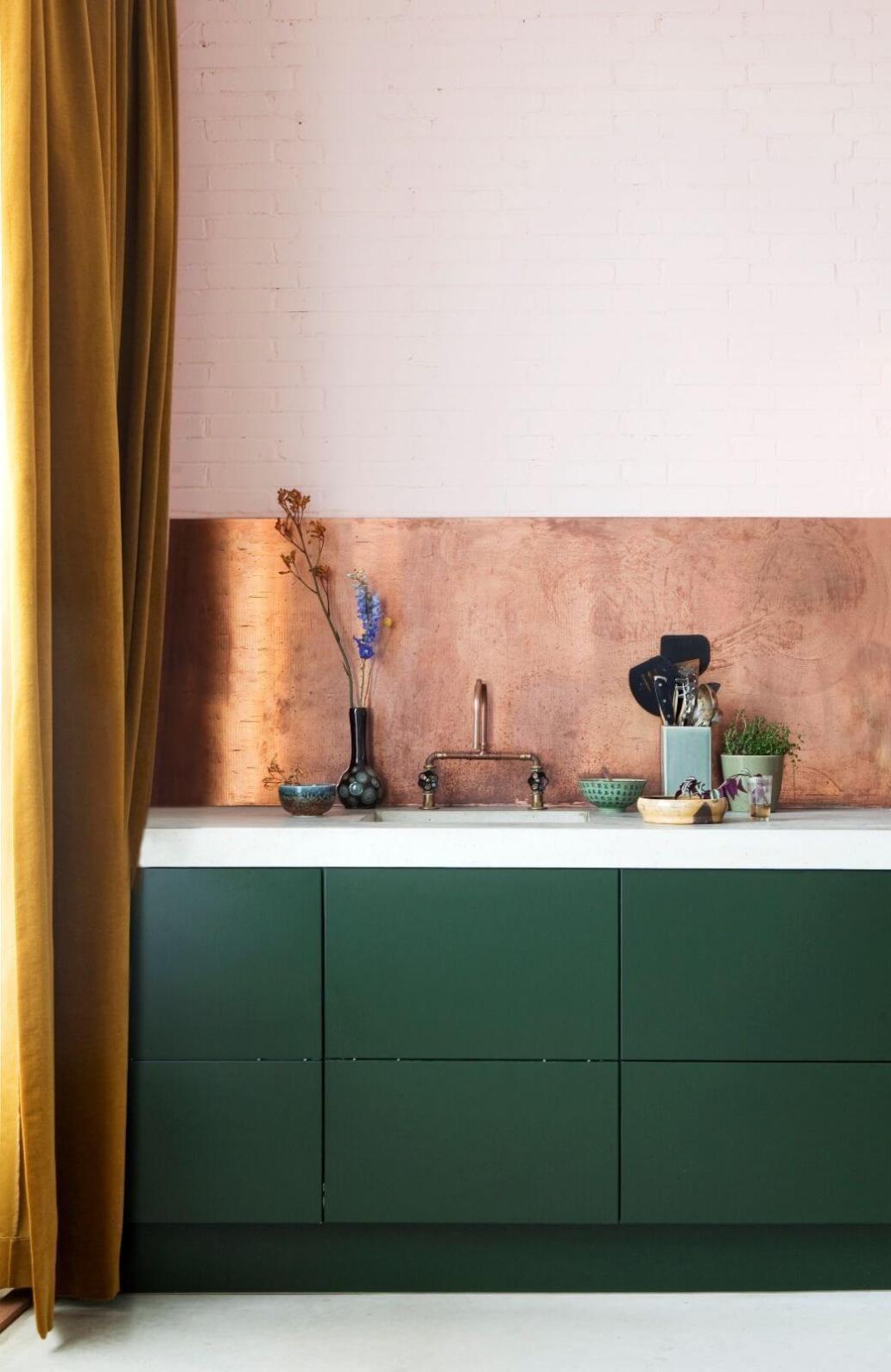 Une cuisine design coloree avec une credence en cuivre posee par un cuisiniste - Quels critères pour bien choisir son cuisiniste ?