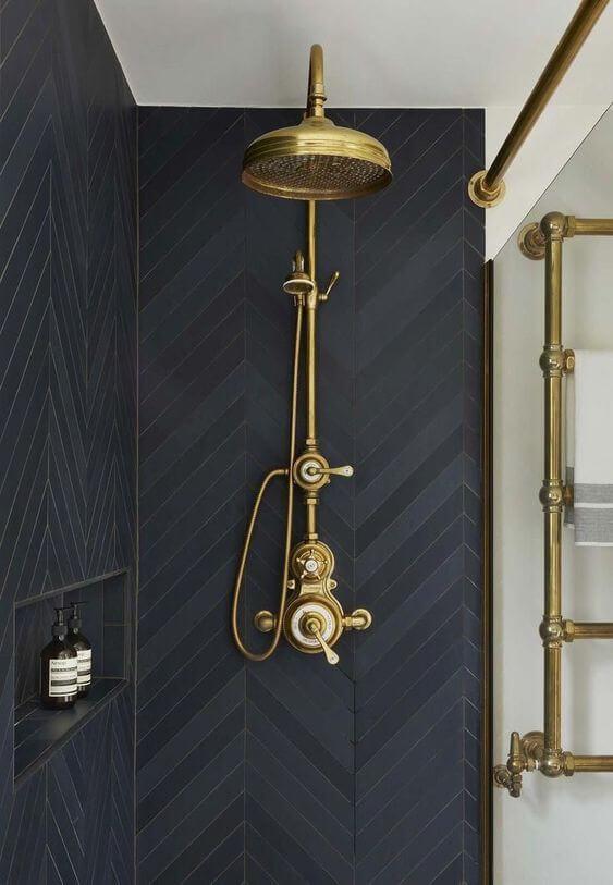 une douche a litalienne avec une robinetterie vintage - Comment optimiser le rangement dans la salle de bain ?