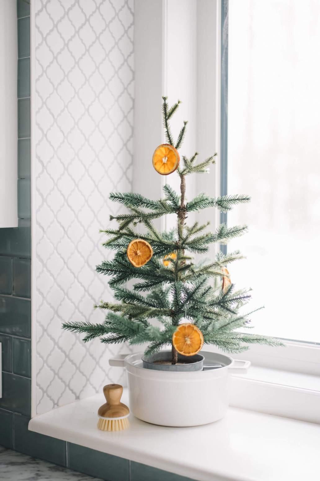 image 8 scaled 1 1366x2048 - Inspiration : comment faire une déco de Noël pas kitsch
