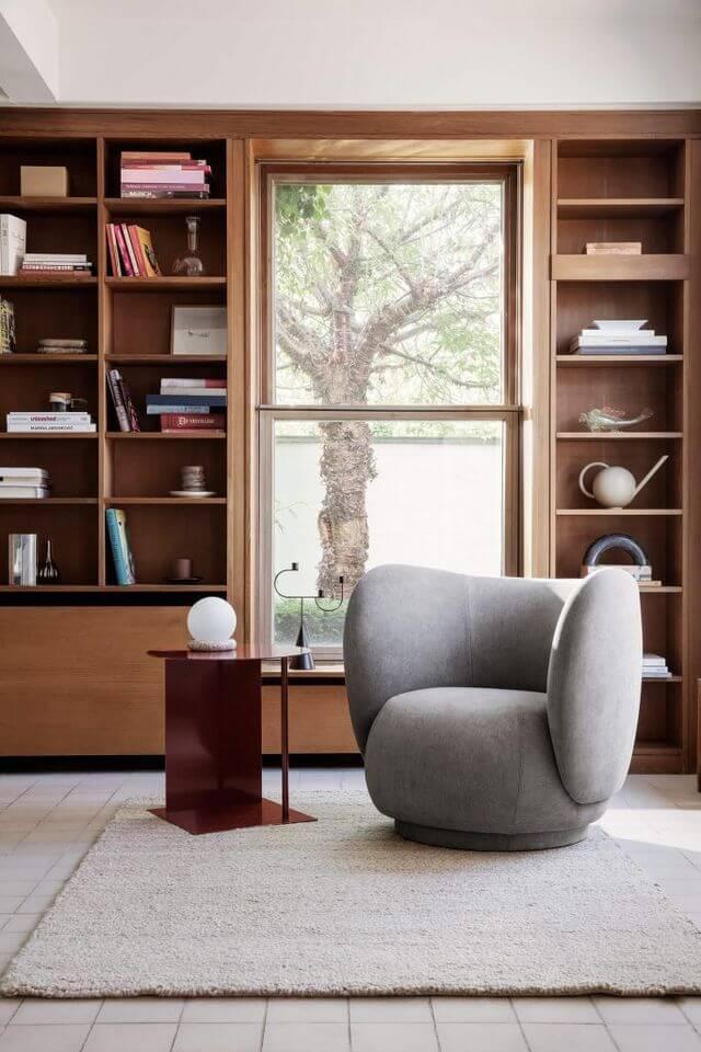 bibliotheque bois avec fauteuil laine tapis blanc 2 - Tendances meubles et décoration 2021 : le grand décryptage