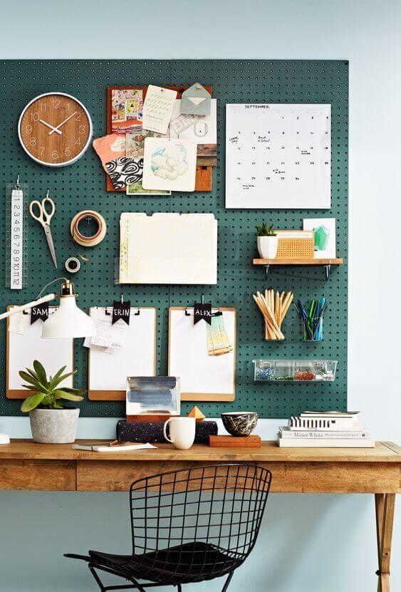 bureau avec pegboard vert et chaise en acier - Comment aménager un coin bureau efficace à la maison?