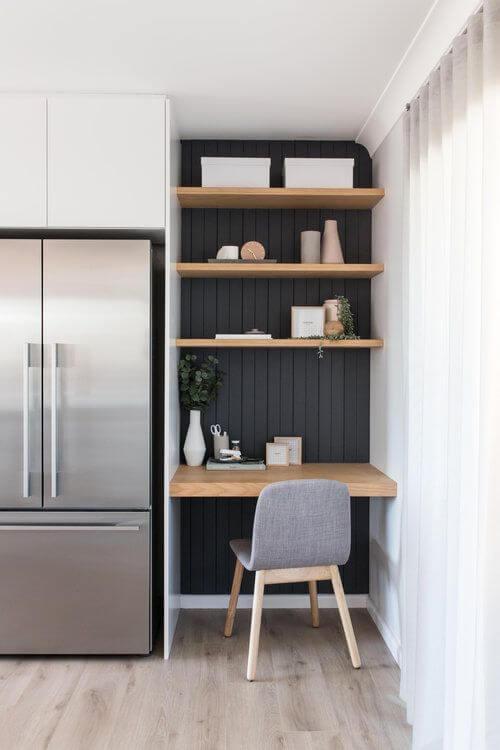 bureau installe dans une alcove dans une cuisine face a mur noir - Aménager un bureau dans un petit espace