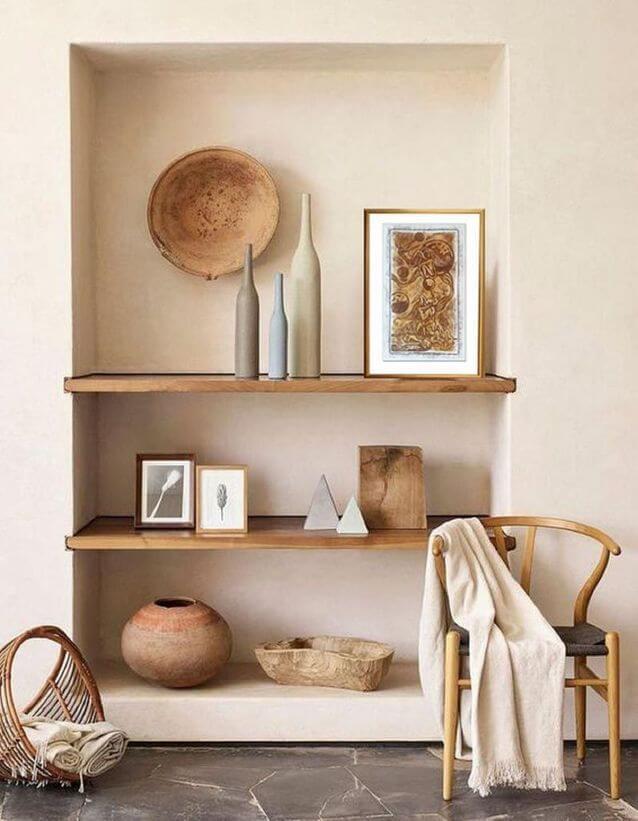 deco etageres avec objet issus de l artisanat 2 - Tendances meubles et décoration 2021 : le grand décryptage