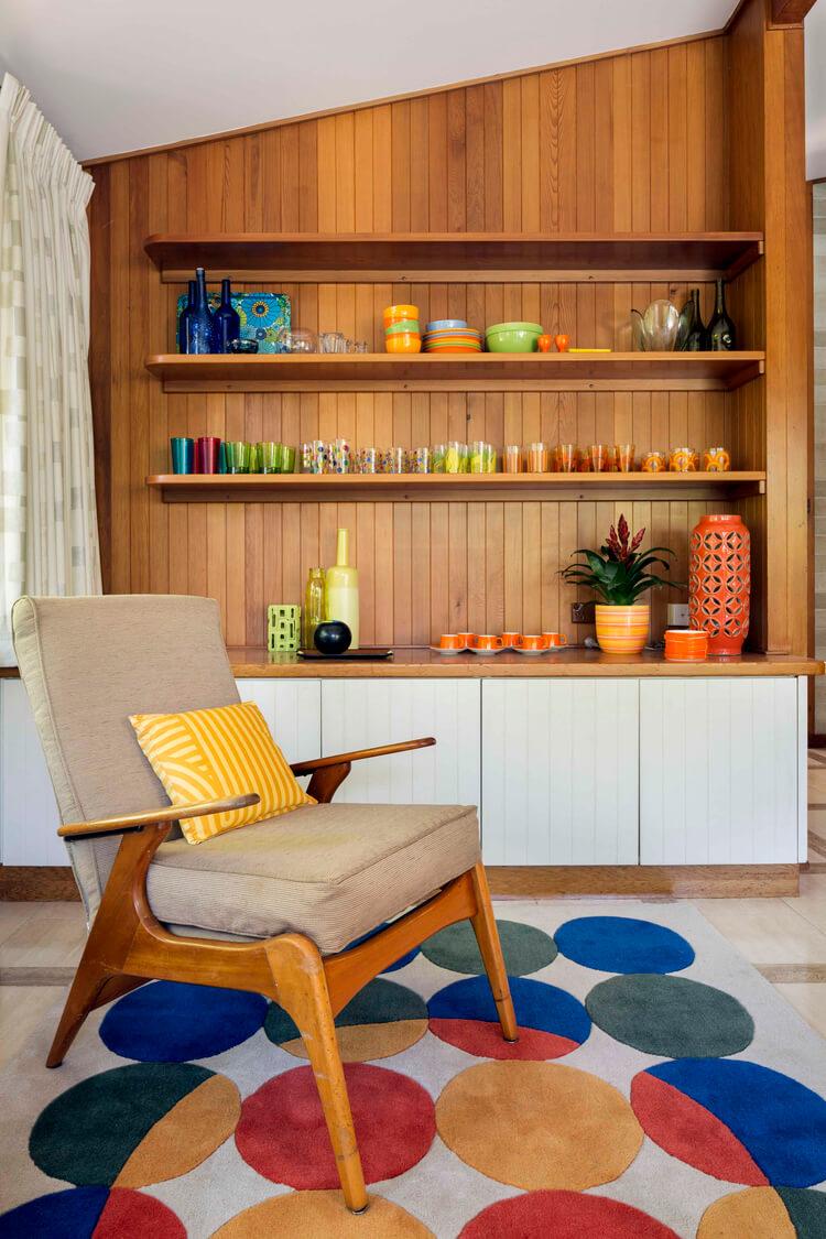 deco vintage annee 60 salon multicolor mur bois fauteuil lounge sur tapis poids - Tendances meubles et décoration 2021 : le grand décryptage
