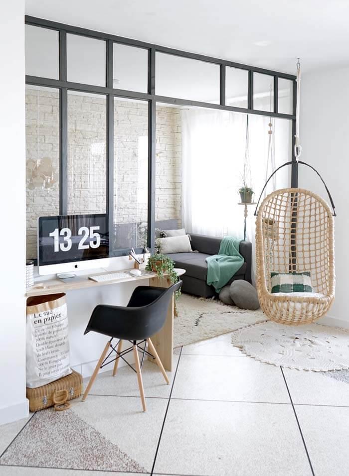 un bureau dans un petit espace devant une verriere d atelier - Aménager un bureau dans un petit espace