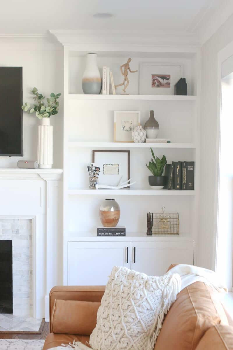 Tips for Styling built in shelves 14 - Inspiration déco : 16 façons d'embellir les murs du salon