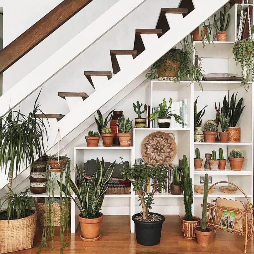 garden under stairs 820x820 1 - Comment décorer et aménager le dessous d'un escalier ?
