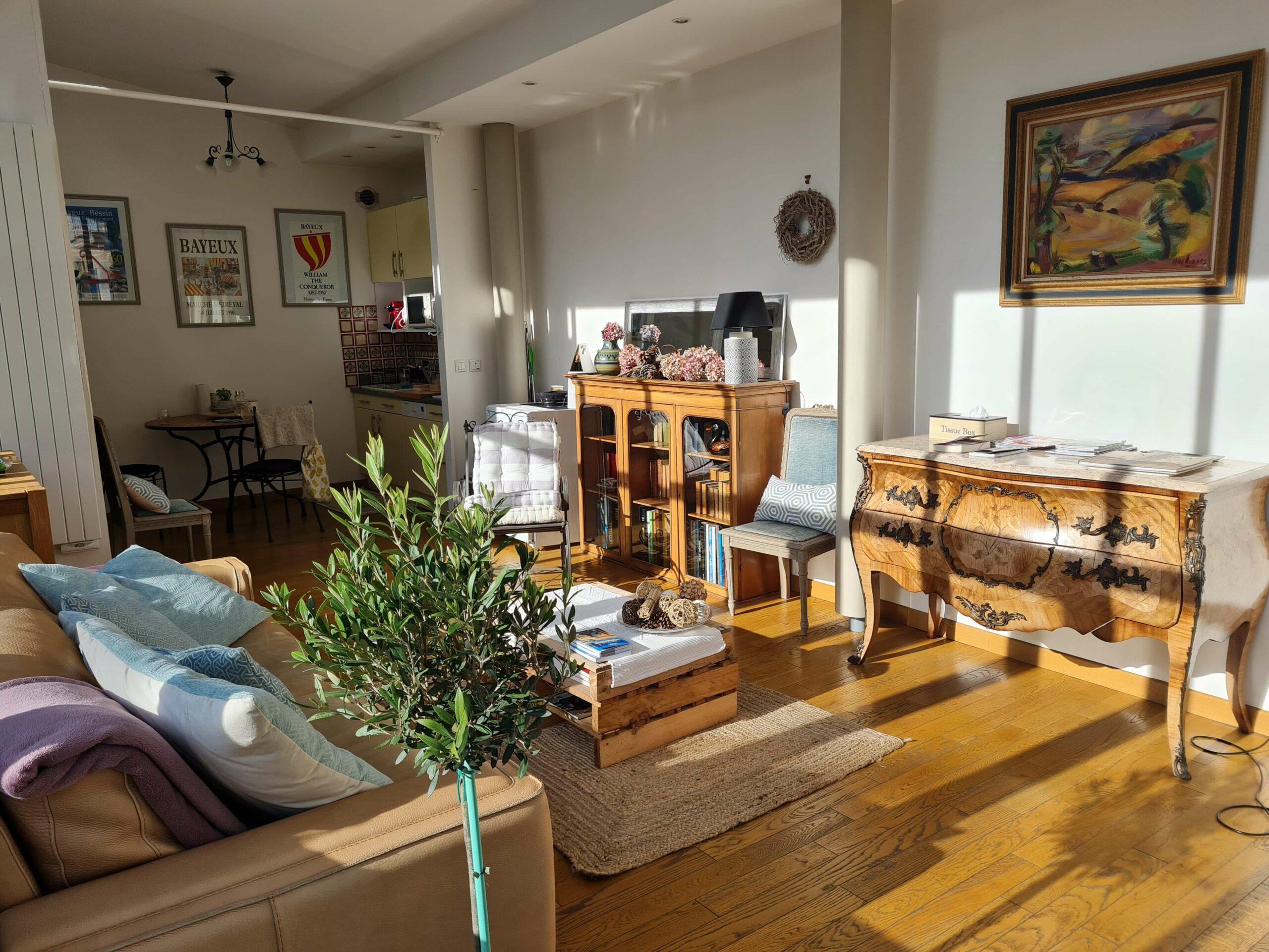 20210213 143317 copie scaled - Airbnb Tour : visite privée d'une tiny house à Bayeux