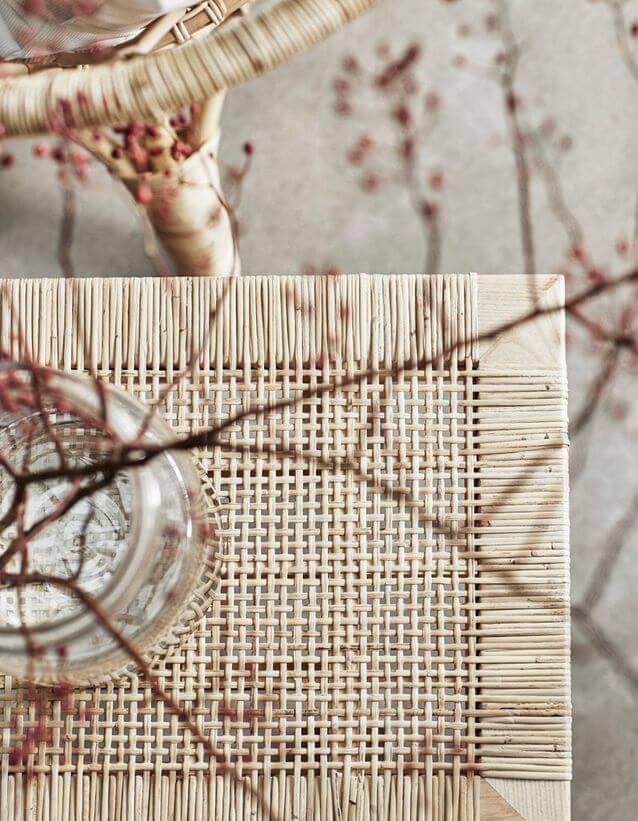 banc en fibre naturelle ikea ave fleurs sechees - Tendance Slow life : découvrir la décoration Slow living ou la Slow déco ?