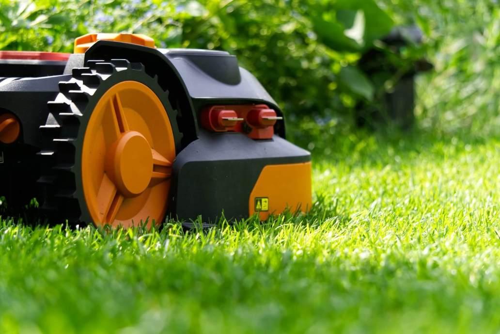 robot mower 3403793 1920 2 - Comment aménager et préparer son jardin à l'arrivée du printemps