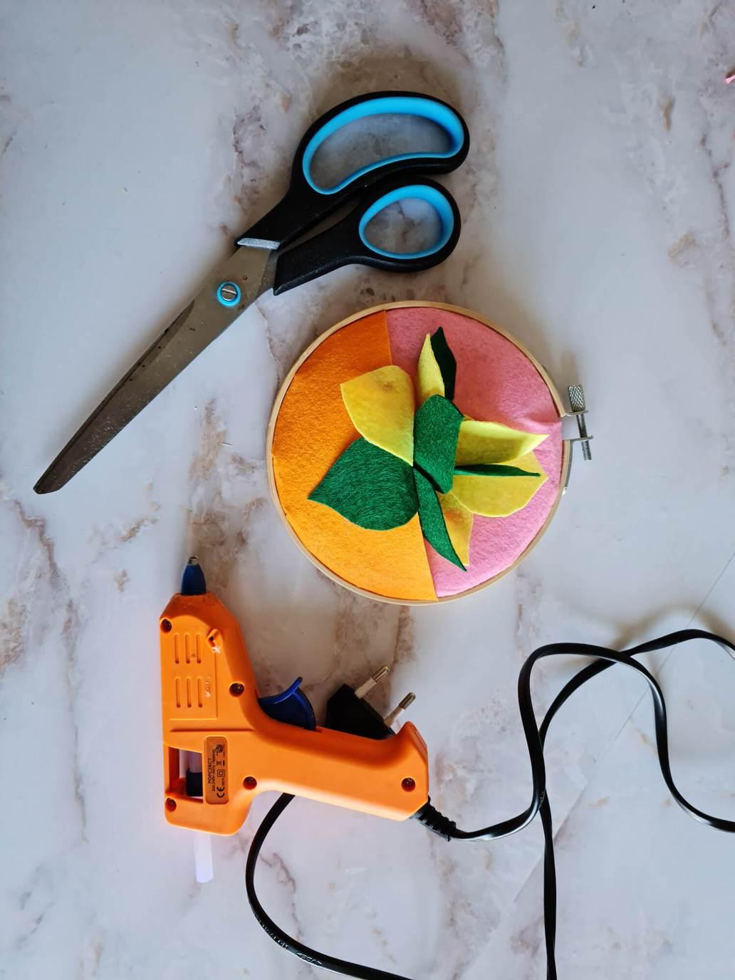 20210402 135218 - Fabriquer une petite décoration en feutre pour orner les murs de couleurs