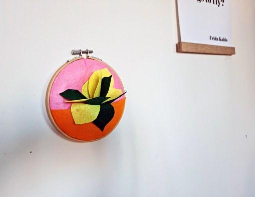 Fabriquer une petite décoration en feutre pour orner les murs de couleurs
