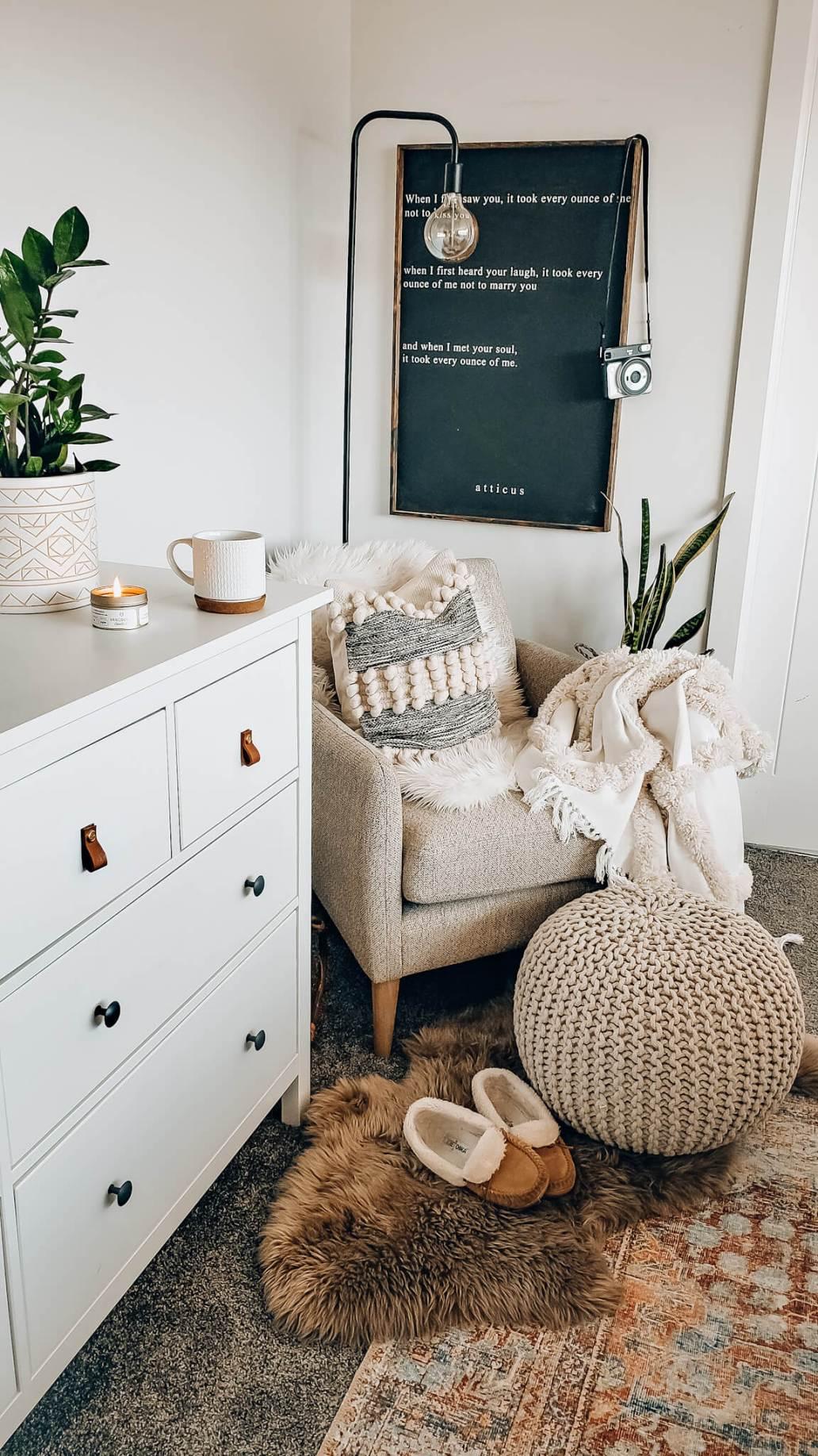 un coin lecture tres cocooning dans une chambre - Décoration Hygge : découvrez cette philosophie de vie venue du Danemark