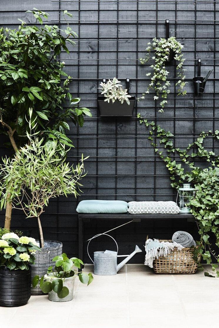 un mur de jardin noir sostrene grene - Inspiration déco : comment décorer la terrasse avec succès ?