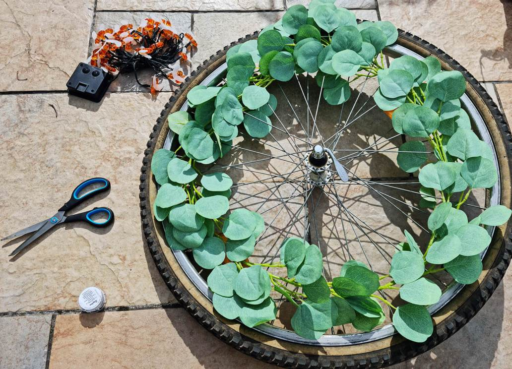 20210507 170605 - DIY extérieur : fabriquer une décoration de jardin avec une roue de vélo