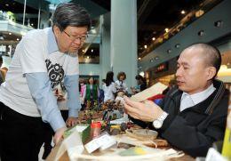 圖說:教育部吳思華部長現場參觀體驗館所的Maker成果攤位1