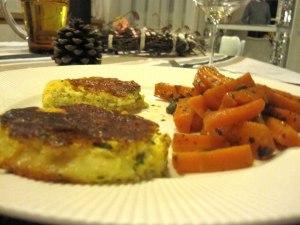 la frittata impiattata assieme a delle carotine con olive taggiasche e capperi