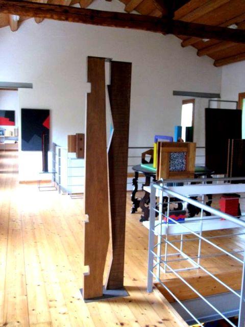 Nel suo studio è possibile scorgere grandi tele realizzate con colori acrilici, così pure pezzi di design contemporaneo (delle vere rarità) e poi ancora sculture in metallo e legno.