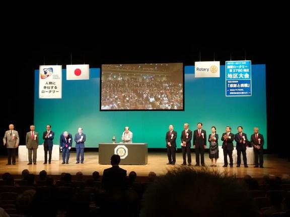 舞台中央:国際ロータリー第2790地区 青木貞雄ガバナーと各分区ガバナー補佐