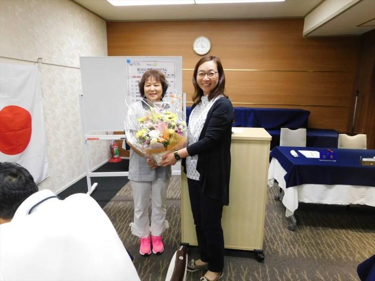土橋会長よりお花を頂きました。「一年間お疲れ様でした。こんなに綺麗なお花をいただけて、事務局として本当にうれしいです。」