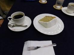 本日は、第888回例会です。渡部会長からの差し入れのケーキとコーヒーでお祝いしました。