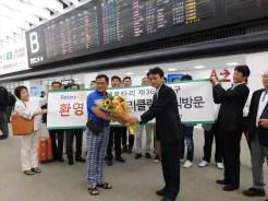 ヒョン会長へ渡部会長が花束を贈呈しました。