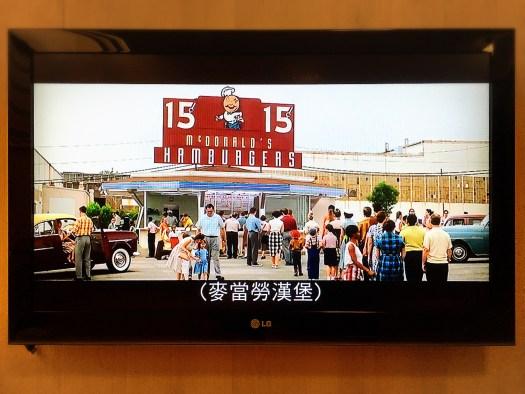 麥當勞漢堡店蔚為風潮、大排長龍(畫面節自《速食遊戲》電影一幕)。