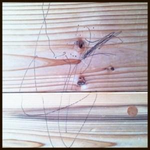 杉の間伐材の床材に落書き…