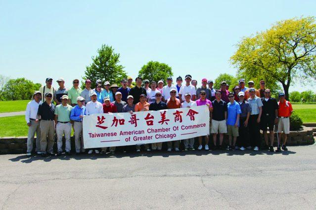 參加芝加哥台美商會所舉辦的第28屆商會盃高爾夫球友誼賽的參賽者們合影
