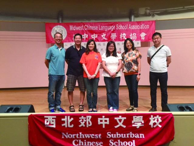 主辦單位西北郊中文學校,校長姜曉林(左一)及勞苦功高的工作團隊
