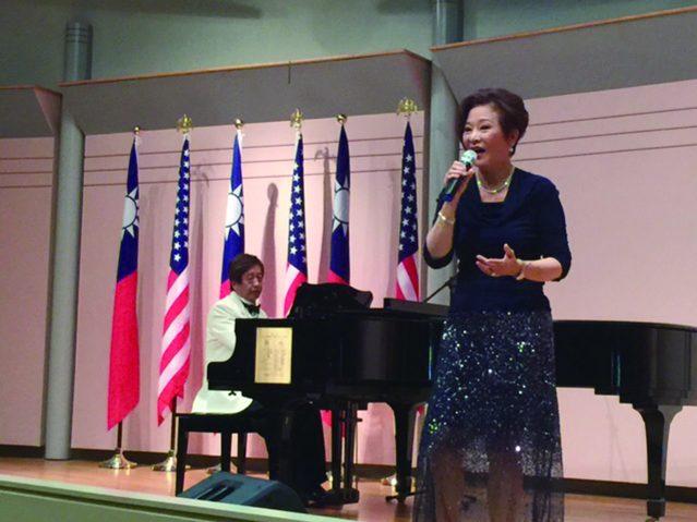 凌喬治鋼琴伴奏、美麗動人的趙麗芬醫師演唱兩首經典老歌《海燕》和《梅花》