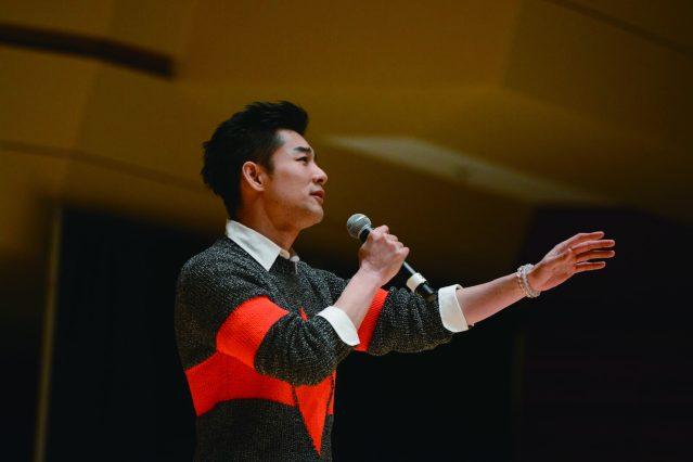 男歌手施易男演唱神情