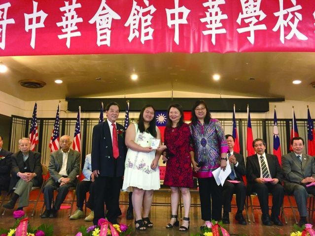 合影:中華學校校長黃于紋(右2)、董事長伍換光(左1)