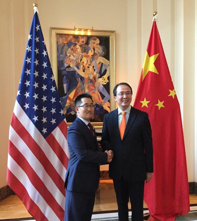 照片十七:州長代表Thomas Choi與洪磊總領事合影