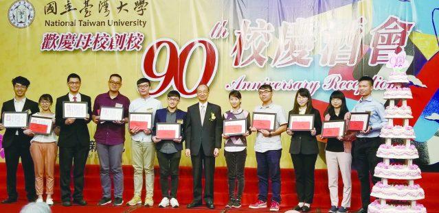 12陳維昭頒發優秀學生獎學金