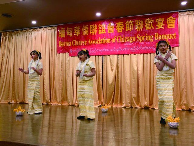 照片八:小朋友身穿充滿緬甸風情的民族服飾表演精彩舞蹈