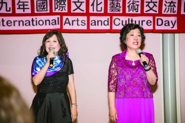 世華會長王慶敏(左)、名聲樂指揮家歐純妃(右)帶領大家齊唱中美國歌