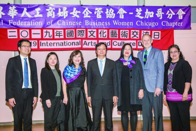 參加世界華人工商婦女企管協會芝加哥分會「國際文化藝術交流日」的貴賓合影從左到右,王偉讚、梁芷菊、王慶敏、黃鈞耀、馬靜儀、Ron Gunter、Sharon
