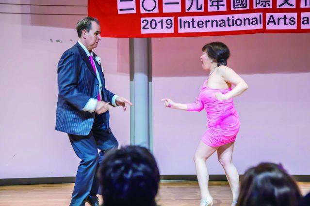 多才多藝的世華姐妹周明依(右)和Pete Preston表演火辣性感的美國舞蹈《Goody Goody》