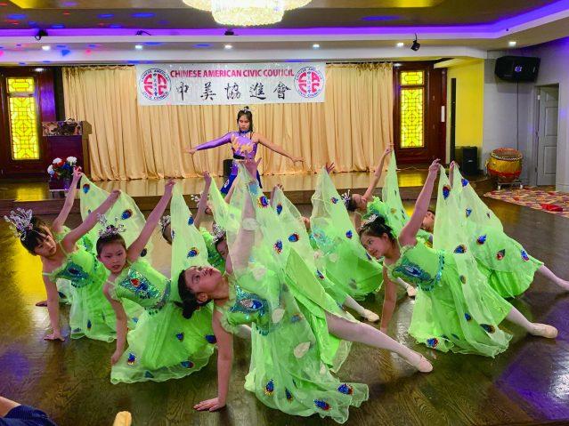 照片三:興氏學校帶來孔雀舞表演