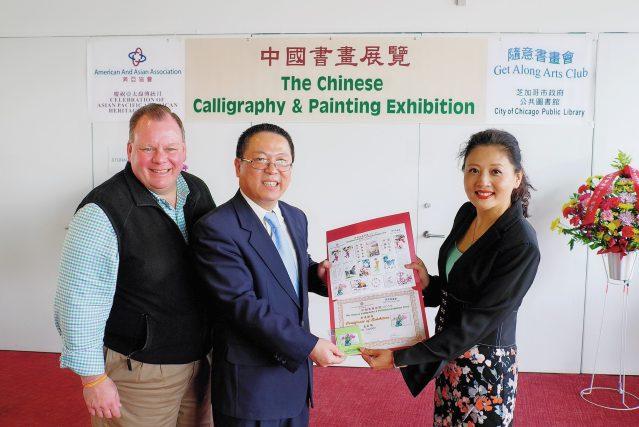 照片五:黃黎明副總領事(中)、唐信區長(左)頒發證書予旅美畫家張立萍(右)