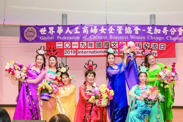 芝加哥華僑婦女會群芝舞蹈團表演歡喜讚歎的《天女散花》