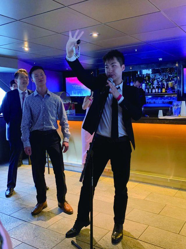 照片七:來自台灣的魔術師Jimmy為大家帶來神奇的魔術表演