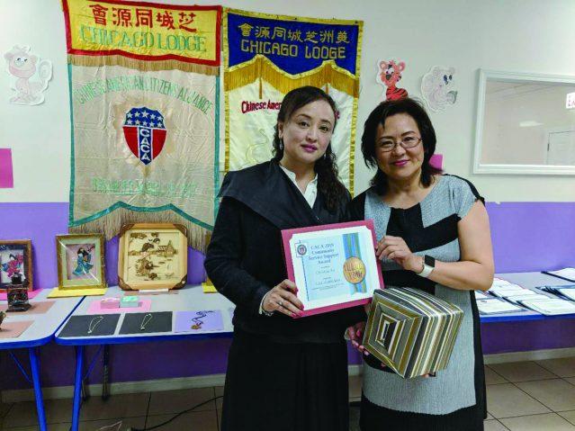 照片八:達琳集團總裁Linda為徐老師(右)頒發社區服務獎證書及獎品