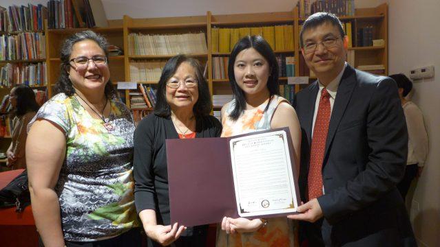 照片十二:伊州眾議員馬靜儀代表Ada Tong(右2)宣讀並遞交伊州眾議員馬靜儀簽署的決議案